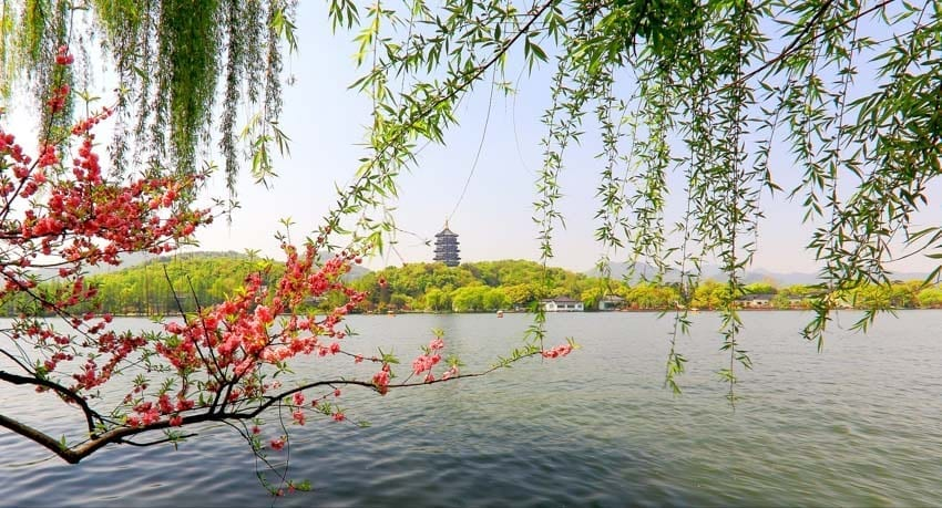 West Lake the essence of Hangzhou-Spring Dawn at Su Causeway