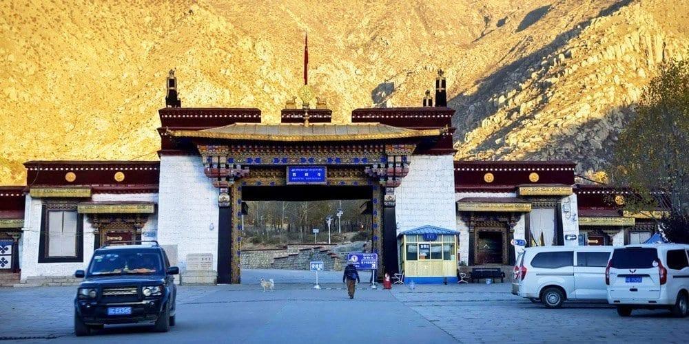 Lhasa local tour agency takes you to visit Drepung monastery